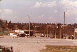 Huoltoasema Esso Asemanlammen vieressä vuonna 1978. Kuva: Mäntyharjun museo, kuvaaja: Hannu Heilio.