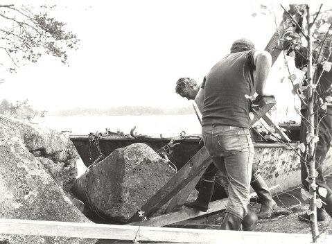 Savon ja Hämeen heimorajan muistomerkkikiven kuljetus Juolasveden saaresta vuonna 1981. Kuva: Mäntyharjun museo.