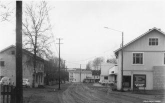 Savonseutu ja Ruoka-Aitta. Keskellä Laukkarisen kauppa ja Sokoksen tavaratalon nurkkaa. Kuva: Mäntyharjun museo.