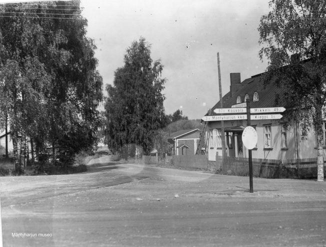 Asemankylä 1930-1940-luvulla. Kuva: Mäntyharjun museo, kuvaaja: Nestor Kurvinen.