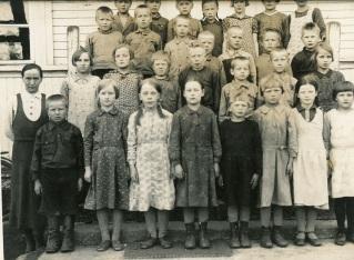 Mynttilän koulun opettaja Alma Mynttinen oppilaineen. Kuva: Mäntyharjun museo.