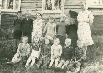 Aseman koulun oppilaita ja opettaja Hilma Paasonen 1930-luvulla. Kuva: Mäntyharjun museo, kuvaaja: Nestor Kurvinen.