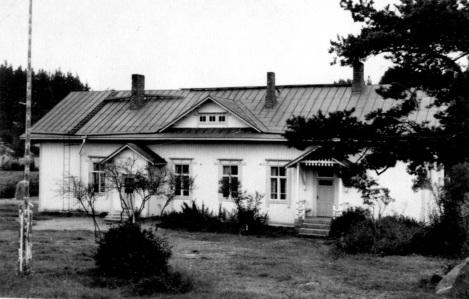 Jäniskylän vuonna 1910 valmistunut koulurakennus kuvattuna 1960-luvulla. Kuva: Mäntyharjun museo.