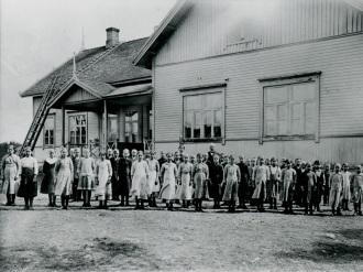 Valtolan kansakoulun oppilaita ja opettajia vuonna 1916. Kuva: Mäntyharjun museo.