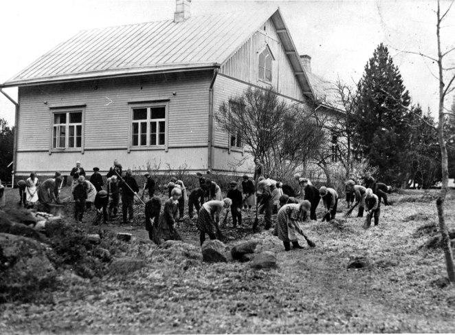 Valtolan koulun pihanlakaisu vuonna 1936. Kuva: Mäntyharjun museo.