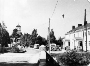 Salmela, kellotapuli ja lottien kioski kellotapulin etupuolella vuonna 1940. Kuva: Mäntyharjun museo.