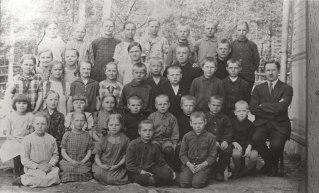 Voikosken koululaisia ja opettaja Haavila. Kuva: Mäntyharjun museo.