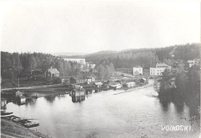 Voikosken tehdasaluetta vuonna 1924. Monet alueen rakennuksista ovat toimineet tehtaan työntekijöiden työsuhdeasuntoina. Kuva: Mäntyharjun museo.