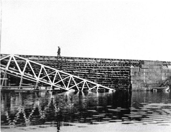 Vartija Kiepin rautatiesillalla vuonna 1918. Kuva: Mäntyharjun museo.