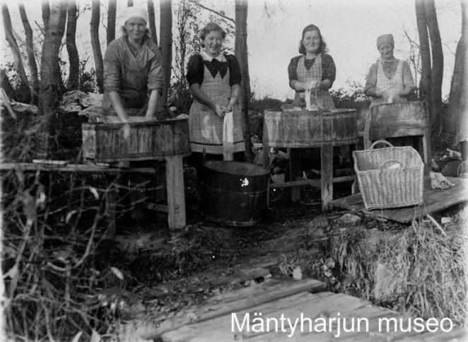 Pyykillä rannassa, käytössä paljut ja pyykkilaudat. Kuva: Mäntyharjun museo