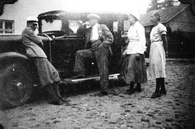 Mäntyharjun ensimmäisiä autoja. Auton omisti rovasti Petrell ja sitä käytti apteekkari Vartiainen. Kuva vuodelta 1922. Kuva: Mäntyharjun museo.