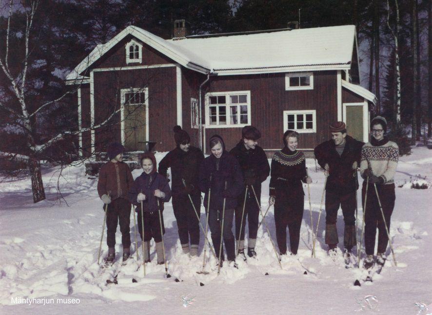 1964-hiihtolomalla-rauhalassa-osa-pulkanrannan-ja-rauhalan-nuorisoa-2