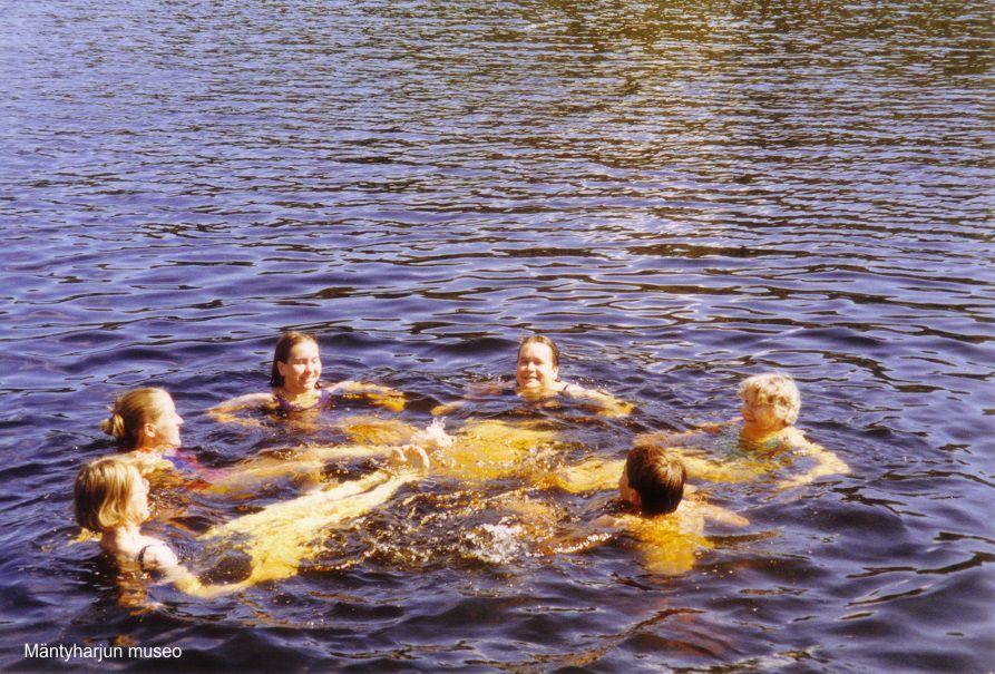 1990-luvulla-uintiretkella-porkansaarella-maili-mummi-tyttariensa-ja-lastenlastensa-kanssa