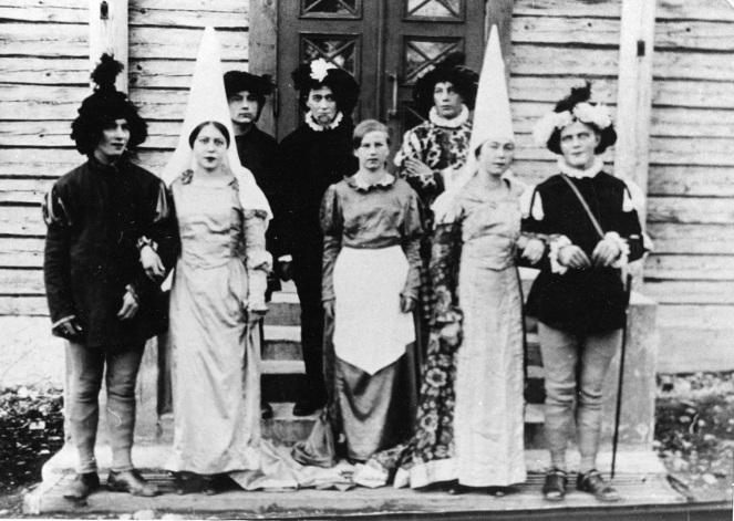 Mäntyharjun työväenyhdistyksen näyttelijöitä vuonna 1928. Puvut lainassa Mikkelin Työväen teatterilta. Kuva: Mäntyharjun museo.