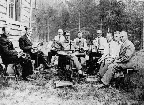 Nuorisoseuran torvisoittokunta Koirakiven nuorisoseuran kesäjuhlilla vuonna 1936. Kuva: Mäntyharjun museo.