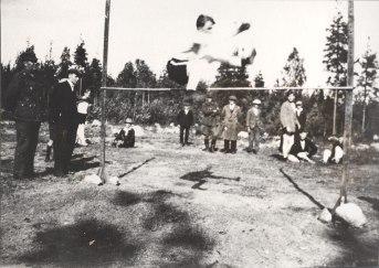 Korkeushyppyä saksityylillä vuonna 1924. Kuva: Mäntyharjun museo.