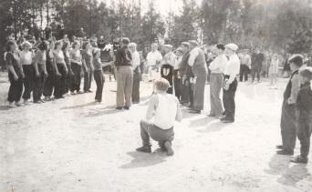 Tytöt vastaan ukot -pesäpallo-ottelu vuonna 1952. Kuva: Mäntyharjun museo.