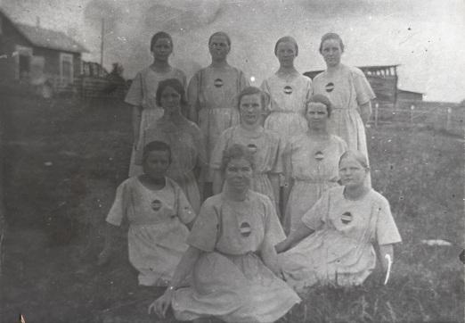 Mäntyharjun Virkistyksen naisten voimistelujoukkue vuonna 1924. Kuva: Mäntyharjun museo.