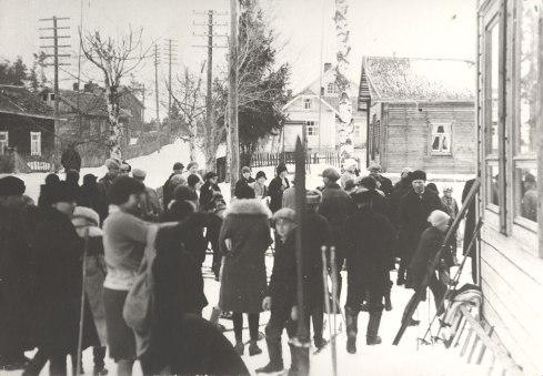 Hiihtokilpailut Mäntyharjun keskustassa (Asemankylällä) 1920-luvulla. Kuva: Mäntyharjun museo.