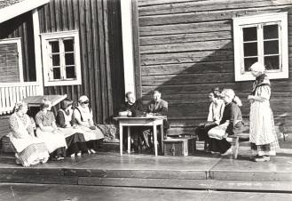 """Näytelmästä """"Mimmi Paavaliina"""" museonmäellä kesällä 1980. Kuva: Mäntyharjun museo, kuvaaja: Hannu Heilio."""