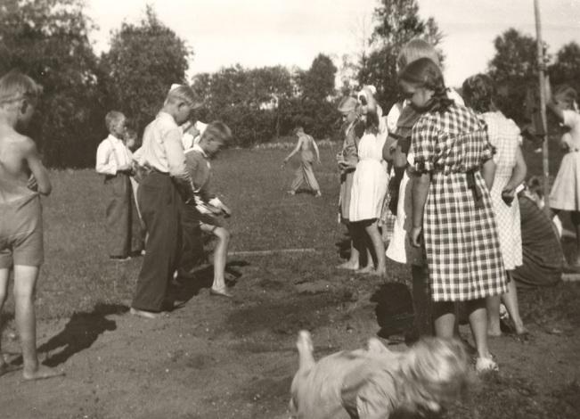 4H:n Toivolan leirin urheilukilpailut Toivolan kentällä vuonna 1951. Kuva: Mäntyharjun museo.