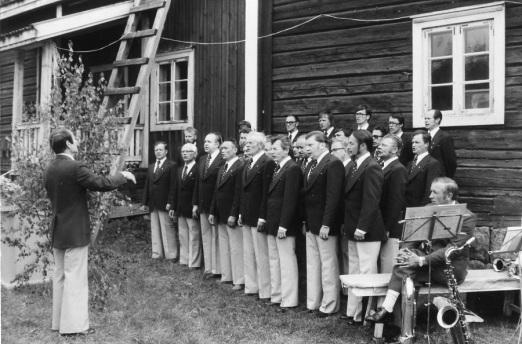 Laulu-Sepot esiintyy Pitäjänjuhlilla vuonna 1976. Kuva: Mäntyharjun museo, kuvaaja: Mauno Vihermaa.