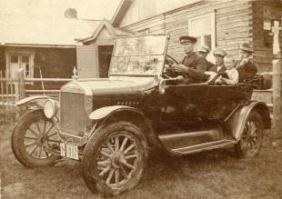 Mäntyharjun ensimmäisiä autoja: Jalmari Pekkasen auto vuonna 1920. Kuva: Mäntyharjun museo, kuvaaja: Nestor Kurvinen.