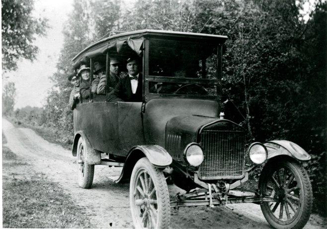 Postiauto linjalla Mäntyharju-Joutsa vuonna 1923. Kuva: Mäntyharjun museo.