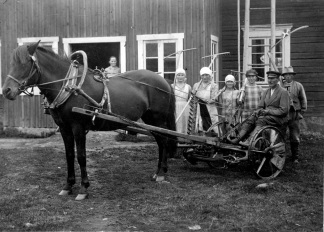 Heinäntekoon lähdössä, kuvassa hevosvetoinen niittokone. Kuva: Mäntyharjun museo.