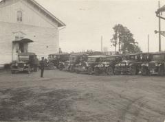 Autoja Mäntyharjun asemalla 1920-1930-luvulla. Kuva: Mäntyharjun museo.