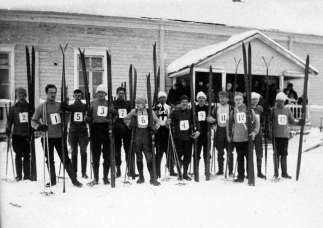 Mäntyharjun Virkistyksen hiihtäjiä 1920-1930-luvulla Salmelan edessä. Kuva: Mäntyharjun museo.