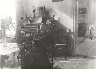 Anna Berner Iso-Pappilan välikamarissa. Kuva: Mäntyharjun museo.
