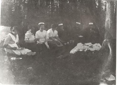 Retkellä Pyhäsaaressa 1900-luvun alussa. Kuva: Mäntyharjun museo.