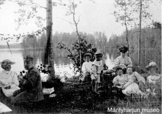 Retkeläisiä Selkäsaaressa 1890-luvun lopussa. Kuva: Mäntyharjun museo.