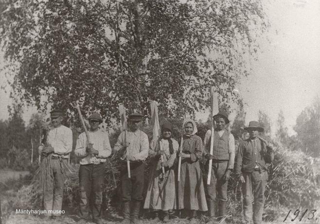 Pappilan riihimiehet vuonna 1913. Kuva: Mäntyharjun museo.
