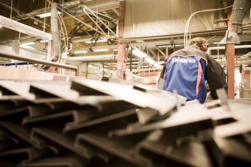 Vakiometallin työntekijä työvaatteissaan vuonna 2008. Kuva: Vakiometalli Oy, Mäntyharjun museon teollisuusperintökeruun satoa.