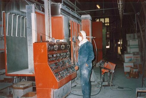 Maalausta Vakiometallin tehtaalla vuonna 1994. Kuva: Vakiometalli Oy.