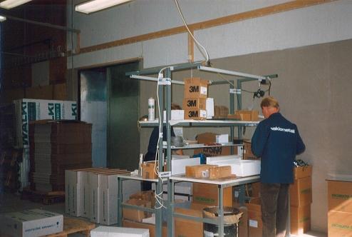 Vakiometallin työntekijöitä työvaatteissaan vuonna 1994. Kuva: Vakiometalli Oy, Mäntyharjun museon teollisuusperintökeruun satoa.