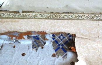 Katonrajan boordi on huoneen tuoreimpia koristeita, mutta sekin lienee jo yli 70 vuotta vanha.