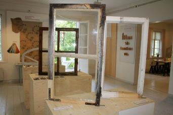 Tässä valotetaan, miten erittäin huonokuntoisesta ikkunasta saadaan kunnostamalla kuin uusi. Takana seinällä käsimaalattua sabluunatapettia. Näyttelyn käsikirjoitus tilattiin Etelä-Savon rakennusperinneyhdistykseltä.