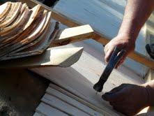 Museoalueen pihalla oli kymmeniä työnäytöksiä. Yleisö pystyi tutustumaan käytännössä kitti-ikkunoiden korjaamiseen. pärekaton naulaamiseen, kivinavetan saumaamiseen yms.