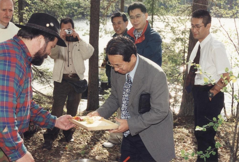 Pirtakan liikekumppaneita Japanista vierailulla Mäntyharjussa vuonna 1998. Kuva, Pirtakka.