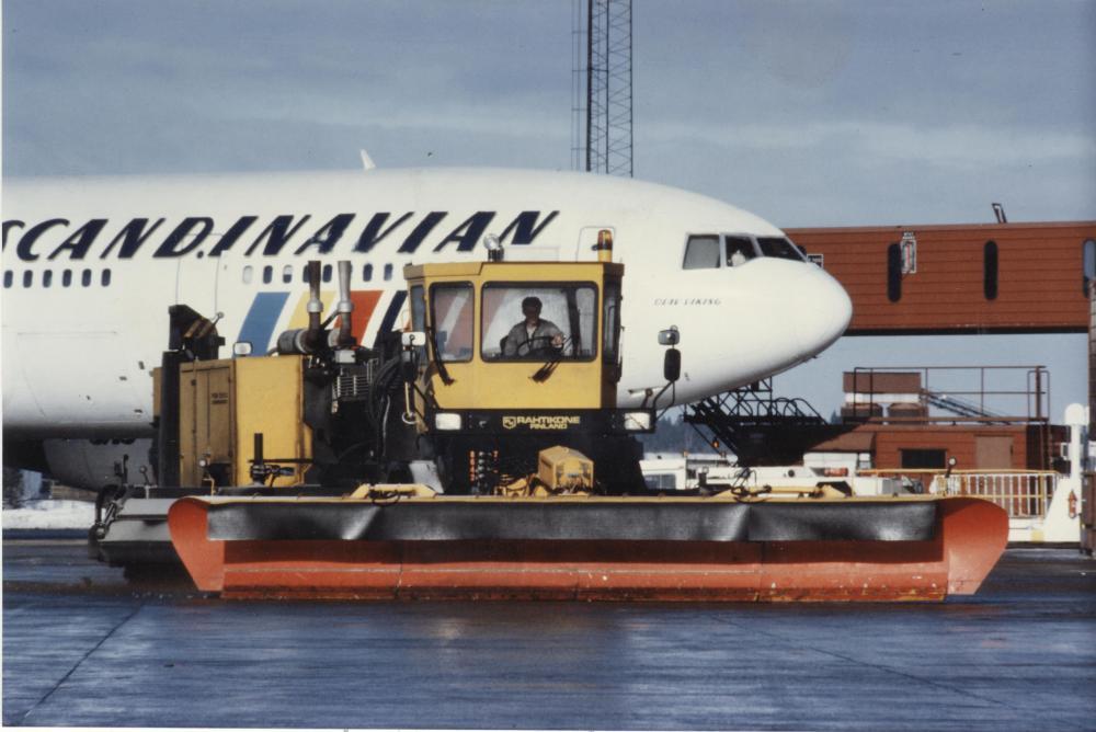 Rahtikoneen perustaja Esko Rantalahti harrasti lentämistä ja päätyi kehittämään lumenraivauskalustoa lentokentille. Kuva yksityiskokoelmista.