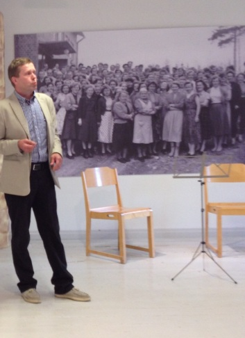 Panu Karjalainen avasi museon näyttelyn.
