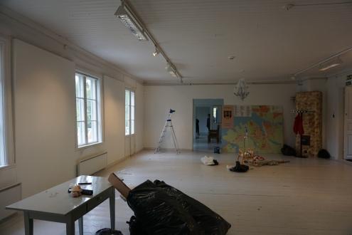 Ensimmäisen näyttelynrakennuspäivän jälkeen miltei tyhjät tilat alkoivat täyttyä.