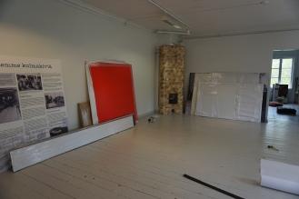 Uudet näyttelytaulut odottavat ripustamista seinille.