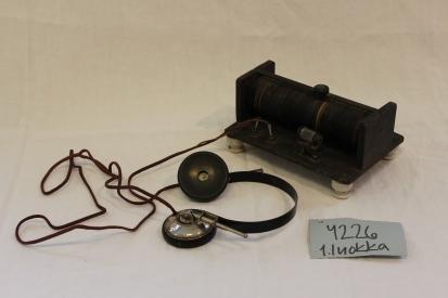 Kidekone ja kuulokkeet, joita käytettiin radion kuunteluun 1920-1930-luvuilla ennen sähköradioiden yleistymistä.