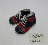 Mäntyharjun kenkätehtaan ensi askel -kengät, jotka on saatu lahjoituksena suoraan kenkätehtaalta.