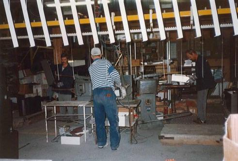 Suojavarusteita Vakiometallin tehtaalla vuonna 1994. Kuva: Vakiometalli Oy, Mäntyharjun teollisuusperintökeruun satoa.