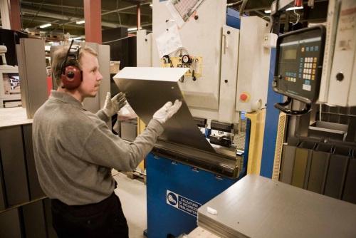 Suojavarusteita Vakiometallin tehtaalla vuonna 2008. Tänä päivänä kuulosuojainten käyttö on arkipäivää. Kuva: Vakiometalli Oy, Mäntyharjun museon teollisuusperintökeruun satoa.